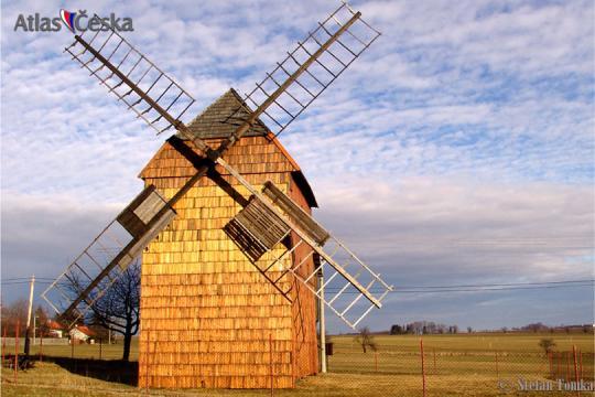 Větrný mlýn v Cholticích -