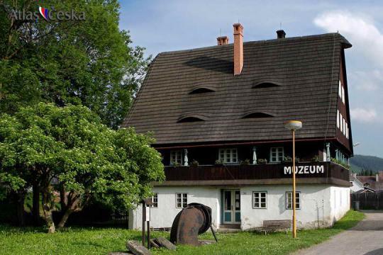 Bývalá kosárna v Karlovicích -